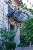 Art Nouveau Canopy su una costruzione parigina Fotografia Stock Libera da Diritti