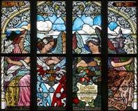 Art Nouveau målat glassfönster i helgonet Barbara Church i Kutna Hora, Tjeckien arkivfoton