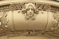 Art Nouveau mascaron i Hradec Kralove, Tjeckien Royaltyfri Fotografi
