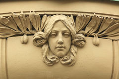 Art Nouveau mascaron i Hradec Kralove, Tjeckien arkivbild