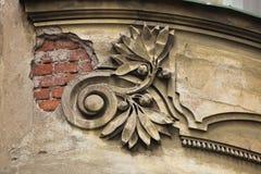 Art Nouveau stuckaturgarnering i Hradec Kralove, Tjeckien royaltyfri bild