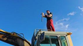 Art Nunchaku marcial de formação em um backhoe 3 FDV vídeos de arquivo