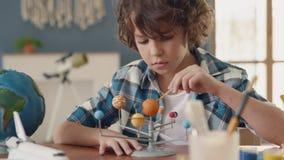 Art Painting av solsystemet av det idérika barnet på skola för hobbybegrepp stock video