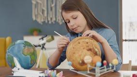 Art Painting av utrymmeplaneten av det idérika barnet hemma för konstnären Education arkivfilmer