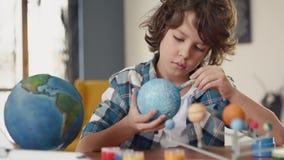 Art Painting av utrymmeplaneten av det idérika barnet på skola för konstnären Education stock video