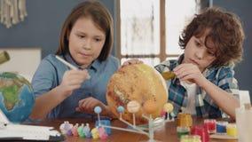 Art Painting av utrymmeplaneten av idérika barn hemma för konstnären Education lager videofilmer