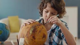 Art Painting av utrymmeplaneten av idérika barn hemma för konstnären Education stock video