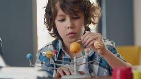 Art Painting av utrymmeplaneten av idérika barn på skola för konstnären Education lager videofilmer