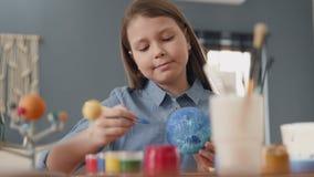 Art Painting av utrymmeplaneten av idérika barn på skola för konstnären Education arkivfilmer