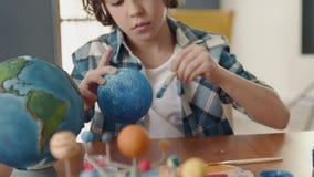 Art Painting av utrymmeplaneten av idérika barn på skola för konstnären Education stock video