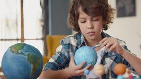 Art Painting de globe de la terre par les enfants créatifs à l'école pour le concept d'éducation banque de vidéos