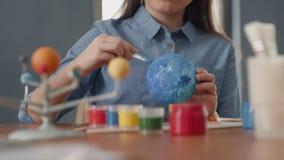 Art Painting do globo da terra pela criança criativa em casa para o artista Education video estoque