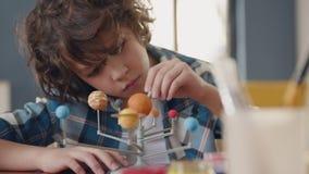 Art Painting do sistema solar pela criança criativa em casa para o artista Education vídeos de arquivo