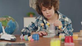 Art Painting do sistema solar pela criança criativa em casa para o conceito do passatempo video estoque