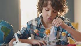 Art Painting do sistema solar por crianças criativas na escola para o artista Education video estoque