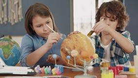 Art Painting van Ruimteplaneet door Creatief Kind thuis voor Hobbyconcept stock videobeelden