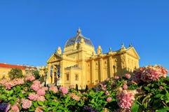 Art Pavilion y las flores en Zagreb, Croacia foto de archivo