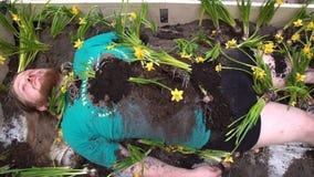 Art Performance del giardino umano Un giovane invita ognuno per fuggiree il trambusto e la pianta del ` s della città stock footage