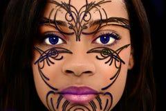 Art perlé de henné sur le beau visage de femme images libres de droits