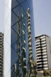 Art r3fléchissant des édifices hauts au Pérou de Lima images stock