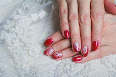 Art rouge de clou avec la dentelle blanche avec des points et des lignes Images stock