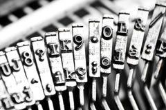 Art Stangen der Schreibmaschine mit einer Art Stangen unfocused Lizenzfreie Stockfotos