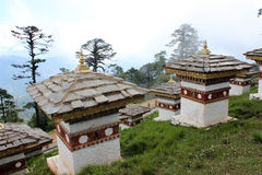 Art stupas von Bhutan beim Dochula überschreiten in Bhu Stockbild
