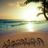Art Summer semesterbegrepp--semestertext på en sandig havbeac Arkivbild