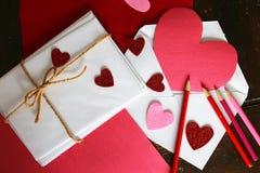 Art Supplies et enveloppes présentés sur un Tableau faisant un papier H Images stock