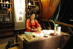 The Art Of Tea in Chinese Tang Dynasty: grind tea Stock Images