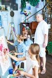Art Teacher Working senior con i bambini Immagini Stock