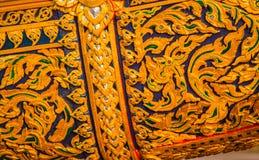 Art thaïlandais qui a décoré du verre et a sculpté le bois photographie stock