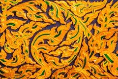 Art thaïlandais qui a décoré du verre et a sculpté le bois images stock