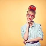 Art und Weise Frau in den stilvollen Gläsern, die Spaß, Sonderling haben Stockfotos