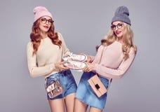 Art und Weise Frau, die Spaß hat Einkaufsverkaufs-Rabatt Lizenzfreies Stockfoto