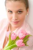 Art und Weise - junge romantische Frau mit Frühlingstulpen Lizenzfreie Stockbilder