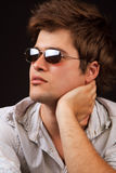 Art und Weise - stattlicher reizvoller Mann mit Sonnenbrillen Lizenzfreie Stockfotografie