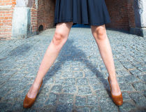 Art und Weise Weibliche Beine in den stilvollen Schuhen im Freien Stockbilder