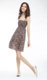Art und Weiseart - reizende Frau, die im hellen Kleid aufwirft Lizenzfreie Stockfotografie