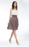 Art und Weiseart - reizende Frau, die im hellen Kleid aufwirft Lizenzfreies Stockfoto