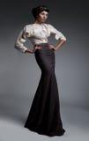 Art und Weisebaumuster attraktiver Brunette im langen Kleid Lizenzfreies Stockfoto