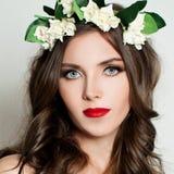 Art- und Weisebaumuster im goldenen Kleid Make-up und gelocktes Lizenzfreie Stockfotografie