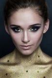 Art- und Weisebaumuster im goldenen Kleid Make-up und Goldhaut Lizenzfreie Stockbilder