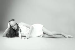 Art- und Weisebaumuster im weißen Kleid und im Kopftuch Lizenzfreies Stockfoto