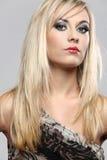 Art und Weisebaumuster mit dem langen blonden Haar. Stockfoto