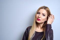 Art und Weisebaumuster mit heller Verfassung Porträt der jungen Modefrau mit dem langen blonden Haar Lizenzfreie Stockfotografie