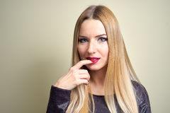 Art und Weisebaumuster mit heller Verfassung Porträt der jungen Modefrau mit dem langen blonden Haar Stockbild