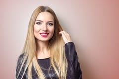 Art und Weisebaumuster mit heller Verfassung Porträt der jungen Modefrau mit dem langen blonden Haar Lizenzfreie Stockbilder