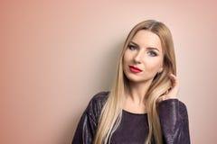 Art und Weisebaumuster mit heller Verfassung Porträt der jungen Modefrau mit dem langen blonden Haar Stockfotografie