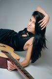 Art und WeiseBrunette mit Gitarre Lizenzfreies Stockfoto